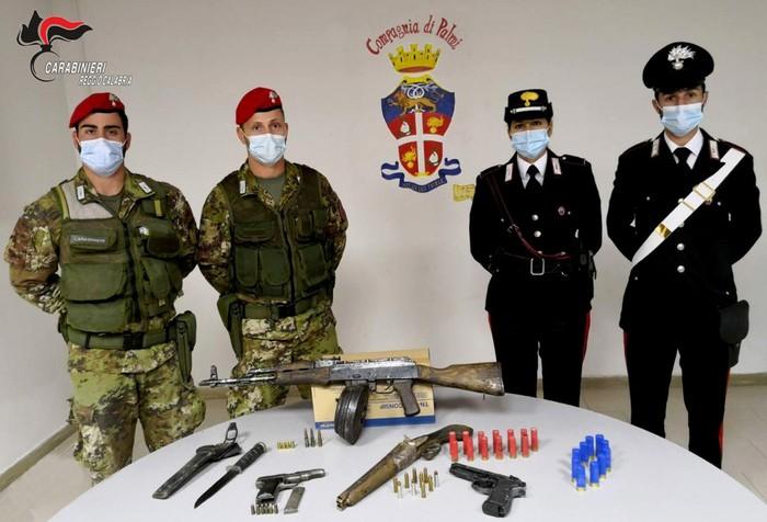 Armi: nascondevano arsenale in casa, arrestati padre e figlio