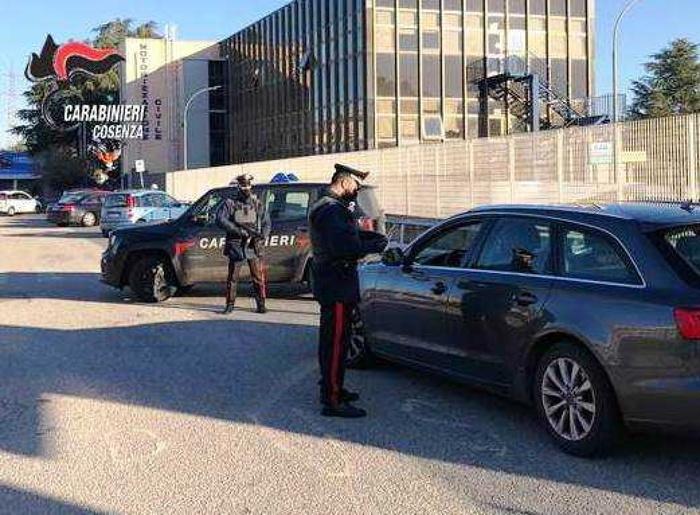 Pretendono auto 55enne per debito fratello, due arresti